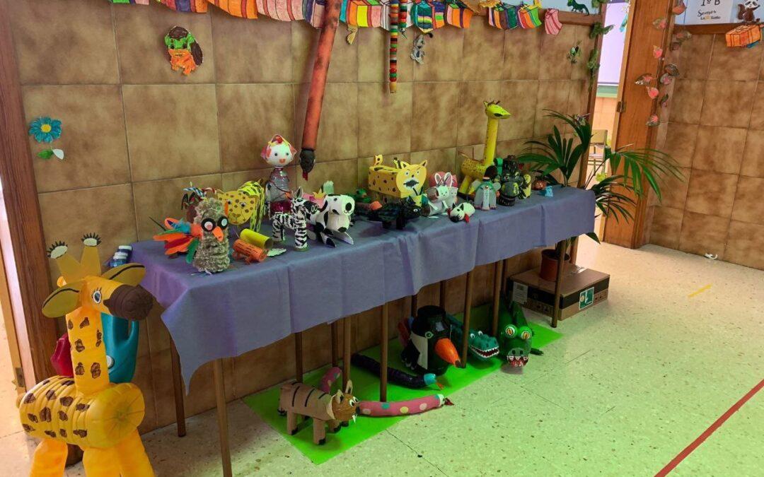 """Exposición de animales con material reciclado. Proyecto: """"Bienvenidos a la selva de 1º"""""""